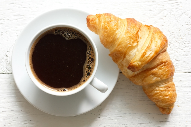 dreamstime_xxl_55714104 croissant and coffee